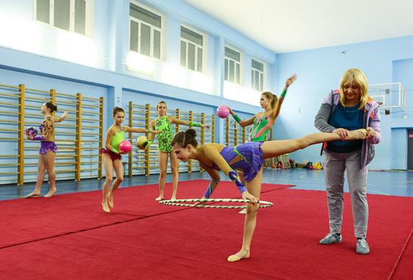 Гимнастка и тренер с очень большим хуем онлайн