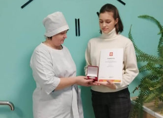 Волонтеру-медику из Всеволожска вручены медаль и грамота за подписью президента